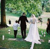 28. Juli 2015: Fast ein ganzes Jahr nach seiner Heirat mit Ashlee Simpson am 30. August 2014 veröffentlicht Evan Ross erstmalig die langersehnten Hochzeitsfotos auf Instagram. Die malerische Bilderbuchkulisse verdanken die zwei dabei seiner Mutter, Diana Ross. Sie ließ das Brautpaar auf ihrem grünen Anwesen in Connecticut feiern.