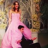 """31. Dezember 2013: """"Big Bang Theory""""-Star Kaley Cuoco heiratet ihren Verlobten Ryan Sweeting in Kalifornien. Die Braut trägt ein Kleid von Vera Wang, die Hochzeitstorte hat die Form eines Kronleuchters und hängt von der Decke. Die beiden sind zu diesem Zeitpunkt erst seit gut einem halben Jahr ein Paar."""