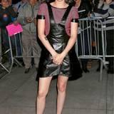 Das Woll-Lederkleid mit Latzhosen-Optik trägt Kristen Stewart bei ihrem Besuch im Apple Store in SoHo mit flachen Schuhen.
