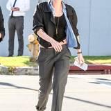 Den Tomboy-Style beherrscht Kristen Stewart perfekt. Mit hochgekrempelter Anzug-Hose sieht der auch besonders lässig aus.