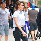 Mit bauchfreier Bluse und halblangen Shorts in New York unterwegs bleibt Kristen Stewart zwar ihrem Tomboy-Style treu, zeigt sich aber ungewohnt freizügig.