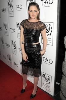 Manche Kreationen von Chanel-Designer Karl Lagerfeld sind nicht jedermanns Sache, Kristen Stewart scheint sie aber zu lieben. Mit diesem gesteppten Lack-Zweiteiler mit Spitze auf dem roten Teppich der Film Critics Circle Awards in New York hat sie sich aber nicht unbedingt einen Style-Gefallen getan.