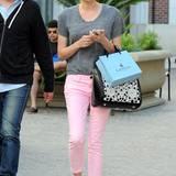 Beim Shoppen muss das Schuhwerk vor allem eines sein: bequem. Diane Kruger möchte dennoch nicht auf modisches Aussehen verzichten und entscheidet sich für ein paar Slipper in Schlangenleder-Optik.