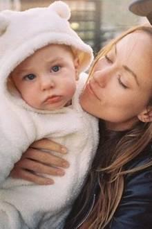 16. Juli 2015: Olivia Wilde und ihr Verlobter Jason Sudeikis finden diesen Teddystrampler an ihrem gemeinsamen Sohn Otis einfach herzallerliebst.