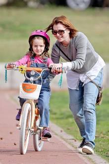 22. Januar 2015: Alyson Hannigan übt mit ihrer kleinen Tochter Satyana das Fahrradfahren.