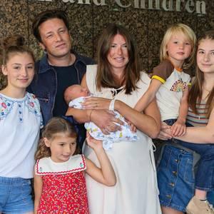 8. August 2016: Nun ist die Familie komplett. Jamie Oliver verlässt mit seiner Frau Jools und seinen nun fünf Kindern die Klinik. Poppy Honey 14, Daisy Boo 12, Petal Blossom 6, und Buddy Bear 5, haben ein kleines Brüderchen bekommen. Der Name ist noch nicht bekannt, aber wir sind sicher es ist sicher so originelle wie die der anderen Kinder.