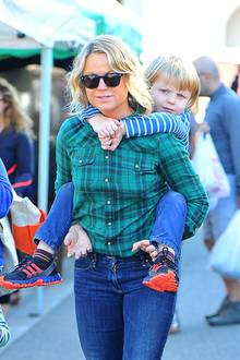 24. November 2013: Amy Poehler verbringt in Beverly Hills Zeit mit ihrem Sohn Archie.
