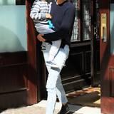 Im sportlichen Partnerlook mit Sweater und heller Slim-Jeans ist Supermodel Karolina Kurkova mit ihrem Sohn Toby in New York unterwegs.