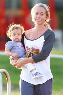 3. Februar 2015: Vollkommen ungeschminkt und gut gelaunt, trägt Kendra Wilkinson ihre Tochter durch einen Park in Malibu.