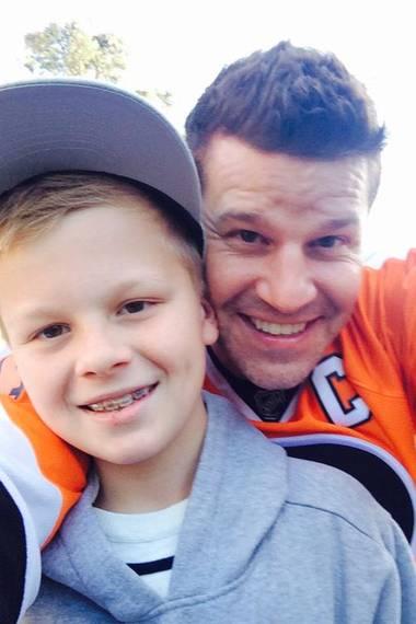 26. März 2014: David Boreanaz freut sich über den Setbesuch von Sohn Jaden.