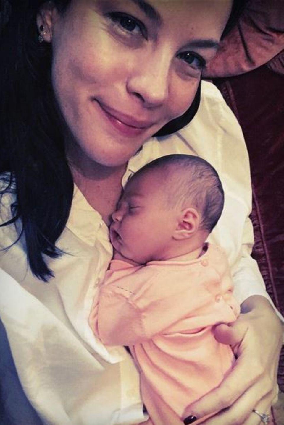21. Juli 2016: Die Patchworkfamilie ist komplett: Liv Tyler stellt ihre kleine Tochter Lula Rose ihren Fans vor und strahlt vor Glück. Es ist das zweite gemeinsame Kind mit David Garner, beide haben jeweils einen Sohn aus vorherigen Beziehungen.