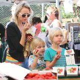 11. Mai 2014: Naomi Watts schlendert mit ihren Söhnen Alexander und Samuel über den Farmers Market in Brentwood.