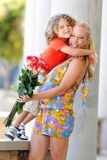 13. Mai 2013: Zum Muttertag bekommt Kendra Wilkinson von ihrem Söhnchen Hank Blumen und eine feste Umarmung.