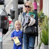 1. März 2014: Naomie Watts spaziert mit ihrem Sohn Samuel Kai Schreiber am Tag vor den Oscars durch Santa Monica.