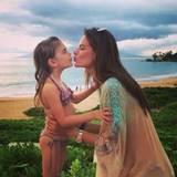 18. Februar 2016: Ein Küsschen für die Mama: Alessandra Ambrosio genießt mir ihrer Tochter Anja Louise gemeinsame Stunden am Strand.