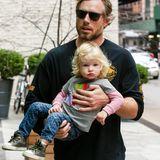5. Dezember 2013: Eric Johnson trägt Töchterchen Maxwell zum Hotel in Manhattan. Ob Mama Jessica Simpson schon auf die beiden wartet?
