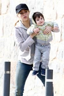 11. April 2014: Shakira ist mit ihrem Sohn Milan in Barcelona auf dem Weg in die Kirche.