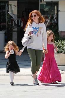14. August 2013: Sind die groß geworden - Isla Fisher ist mit ihren Töchtern Elula und Olive in Studio City unterwegs.