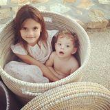 12. August 2015: Alessandra Ambrosios Tochter Anja sucht sich mit Kumpel Dylan im Griechenland-Urlaub ein schattiges Plätzchen.