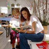 25. Februar 2016: Alessandra Ambrosio liest ihrem Sohn Noah Phoenix Lokomotivgeschichten vor.