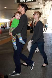 23. August 2014: Hugh Dancy und Claire Danes kommen mit ihrem Sohn Cyrus am Flughafen von Los Angeles an.