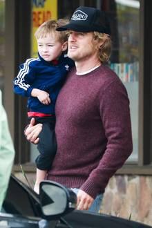 2. Februar 2014: Owen Wilson trägt seinen müden Sohn Robert bei einem Besuch in Malibu zurück zum Auto.