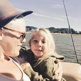 """Pink macht mit Töchterchen Willow einen Bootsausflug und wünscht ihren Followern """"Happy International Women's Day""""."""