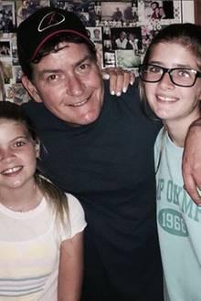 Gute Zeiten: Charlie Sheen postet dieses bezaubernde Foto mit seinen zwei Töchtern Lola Rose und Sam Sheen und Denise Richards, seiner Ex-Frau.