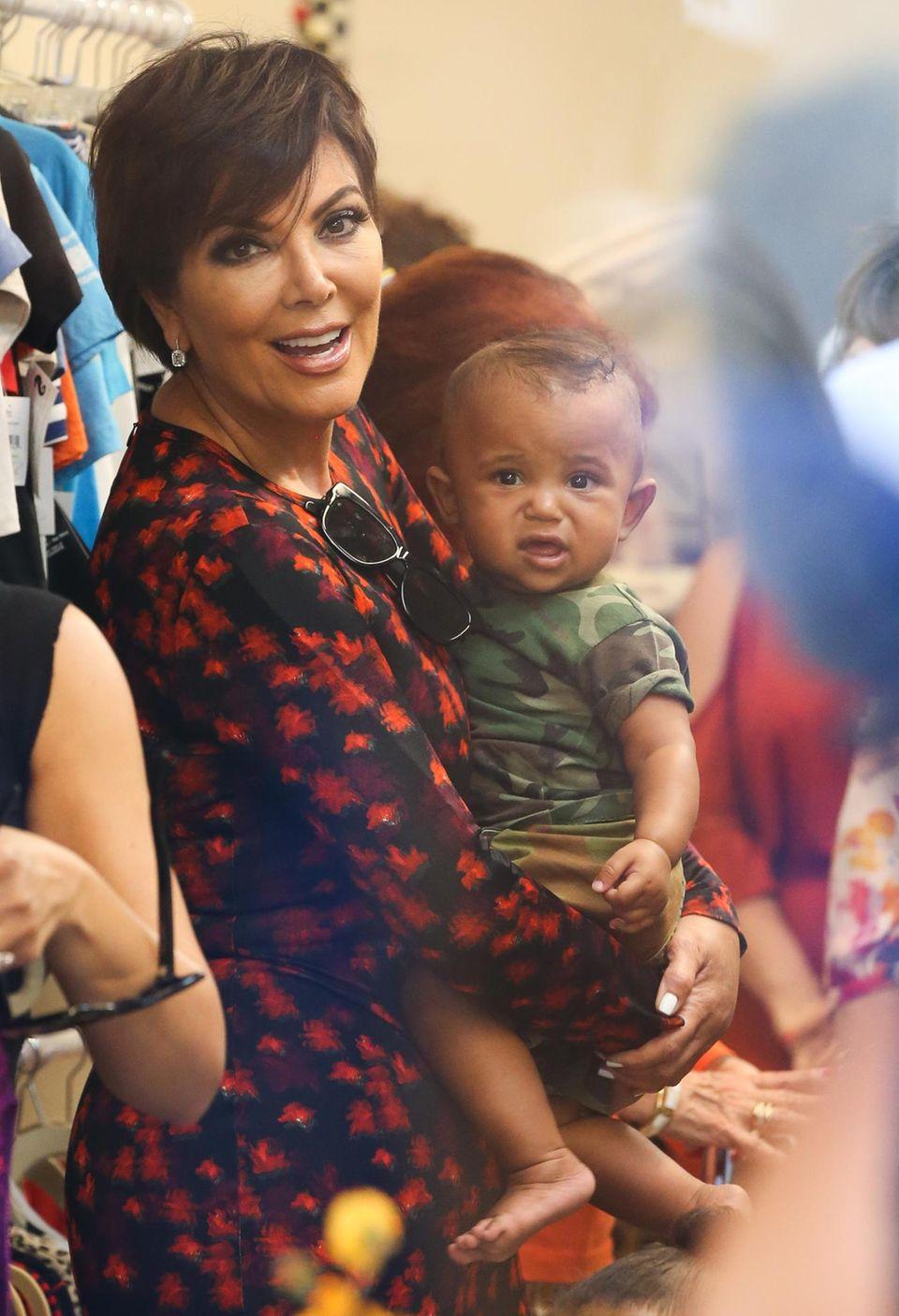 26. Juli 2016: Kris Jenner ist eine stolze Oma: Die TV-Persönlichkeit beruhigt den kleinen Saint bei seinem ersten großen Auftritt.