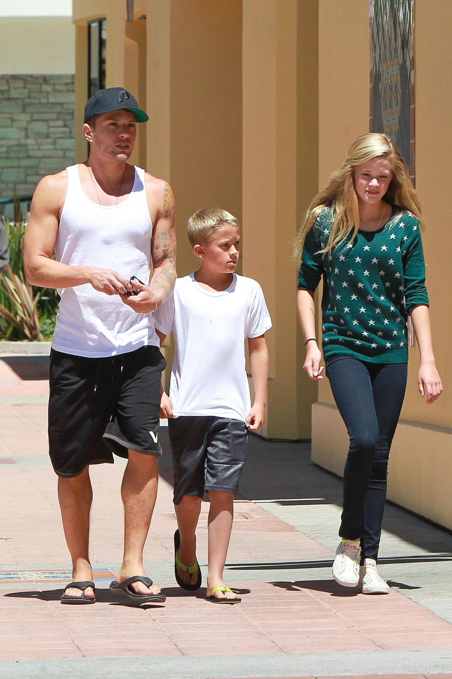 25. August 2013: Ryan Phillippe geht im kalifornischen Brentwood mit seinen Kindern Deacon und Ava zum Mittagessen.