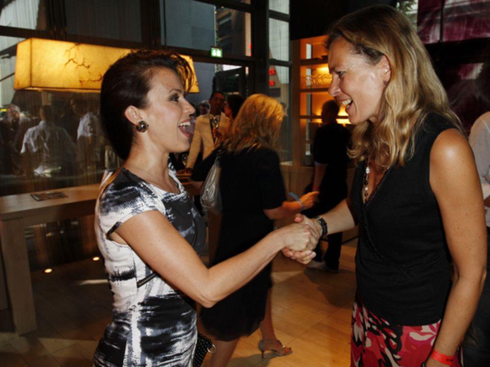 """Schauspielerin Natalia Avelon wird herzlich von Astrid Saß, Vize-Chefin der """"Gala"""", begrüßt."""