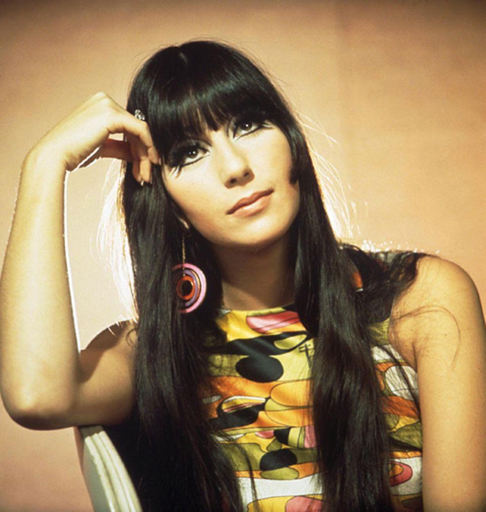 Cher trug ihr markantes schwarzes Haar schon 1966 lang, glatt und glänzend.