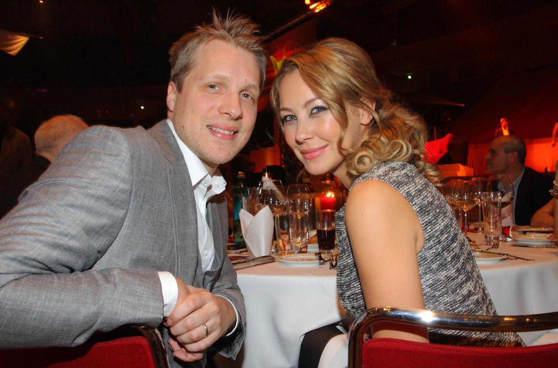 """26. November 2011: Schon kurz nach der Geburt der Zwillinge zeigt sich eine erschlankte Alessandra zusammen mit ihrem Ehemann Oliver Pocher bei der Verleihung des """"Kind Awards"""" in Dortmund."""