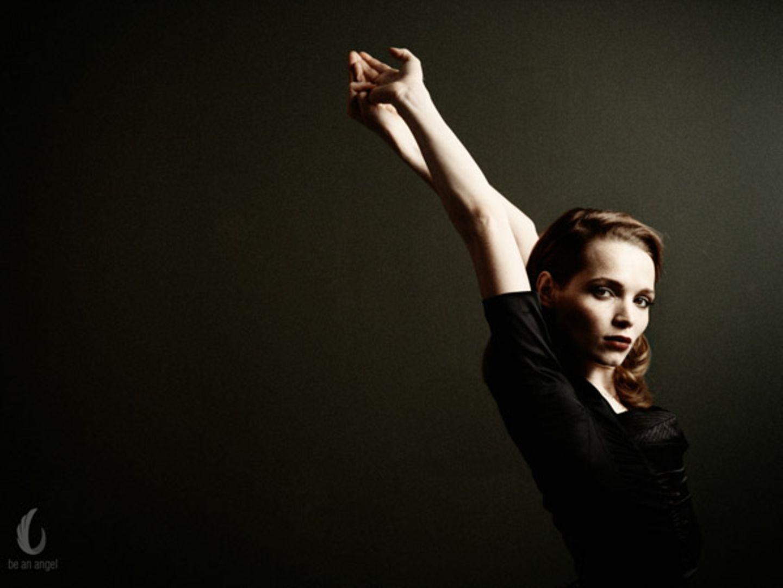 Klar und grafisch setzt Mathias Bothor die Schauspielerin Karoline Herfurth in Szene. Ihr rotes Haar steht im schönen Kontrast z