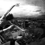 Der Balletttänzer Vladimir Malakhov setzt an zum Sprung und fliegt über die Skyline von Berlin. Esther Haase wählte eine dramati