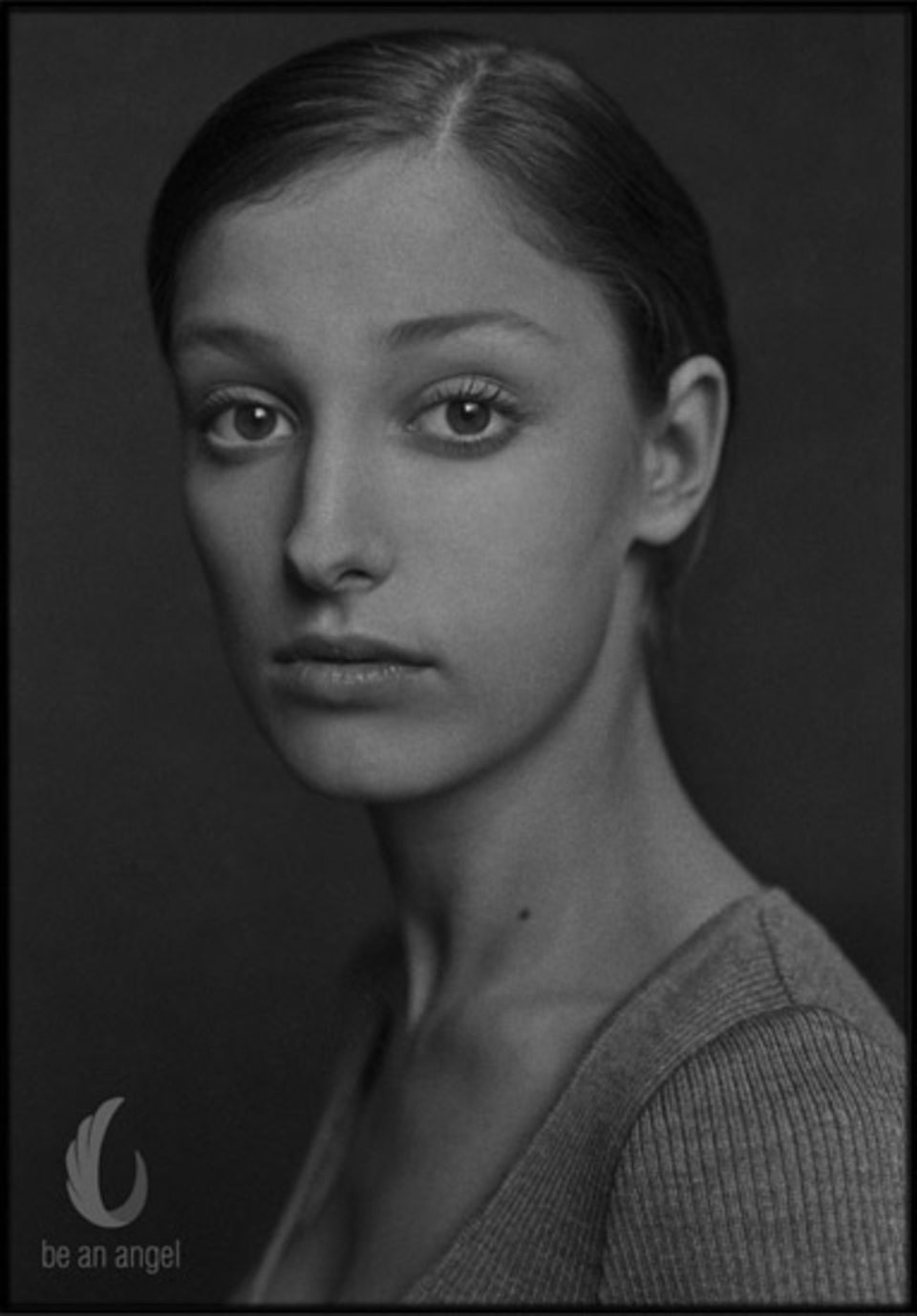 Nur in Grauschattierungen malt Jörg Klaus eine Portrait der Schauspielerin Alexandra Maria Lara.
