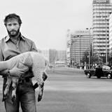 Als sanfter Schafshüter spiegelt Thomas Kretschmann den Kontrast zum berliner Großstadt-Dschungel wieder.