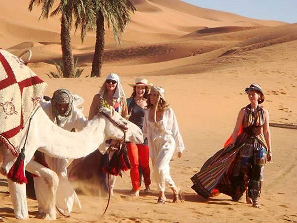 Die vier Mädels machen die Wüste unsicher. Von Kamelen bis zu den Scheichs nehmen die Vier alles mit was Marrakesch zu bieten ha
