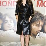 Ein Trenchcoat aus Leder funktioniert auch sehr gut, hier zu sehen an Penélope Cruz bei einem Pressetermin in Rom. Von Versace.
