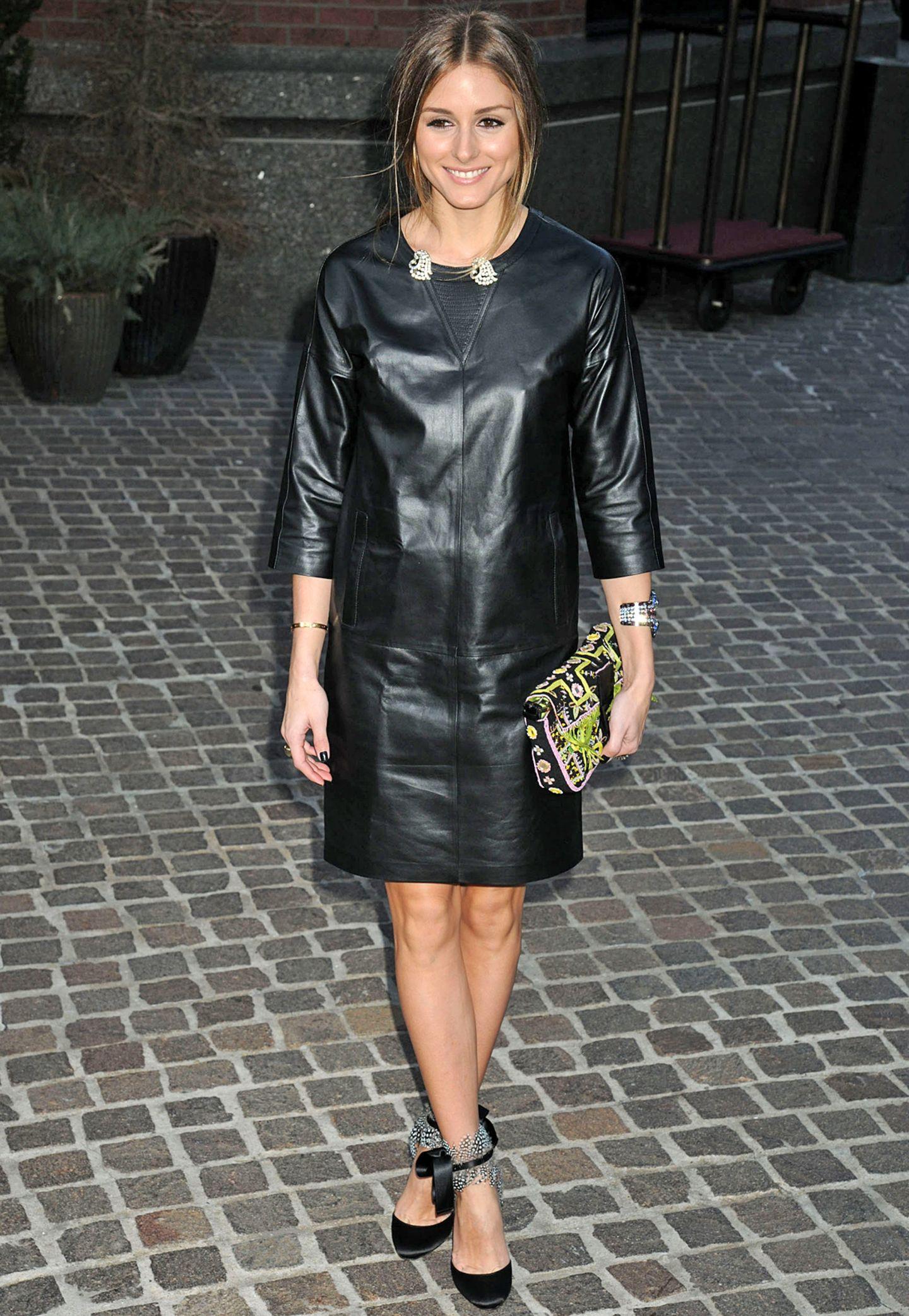 Was wären die Fotografen bloß ohne Stilikone Olivia Palermo? Zu einer Filmpremiere trägt die New Yorkerin ein kastiges Lederkleid plus Hingucker-Accessoires.