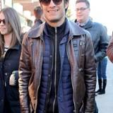 Trendlook: Gabriel Garcia Bernals braune Lederjacke sieht zwar cool aus, gegen die kalten Temperaturen in Park City hat er sich dann aber doch noch eine Steppweste untergezogen.