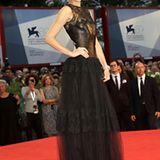 Spitze und Leder: Olga Kurylenko zeigt auf dem roten Teppich sich in dieser Valentino-Robe.