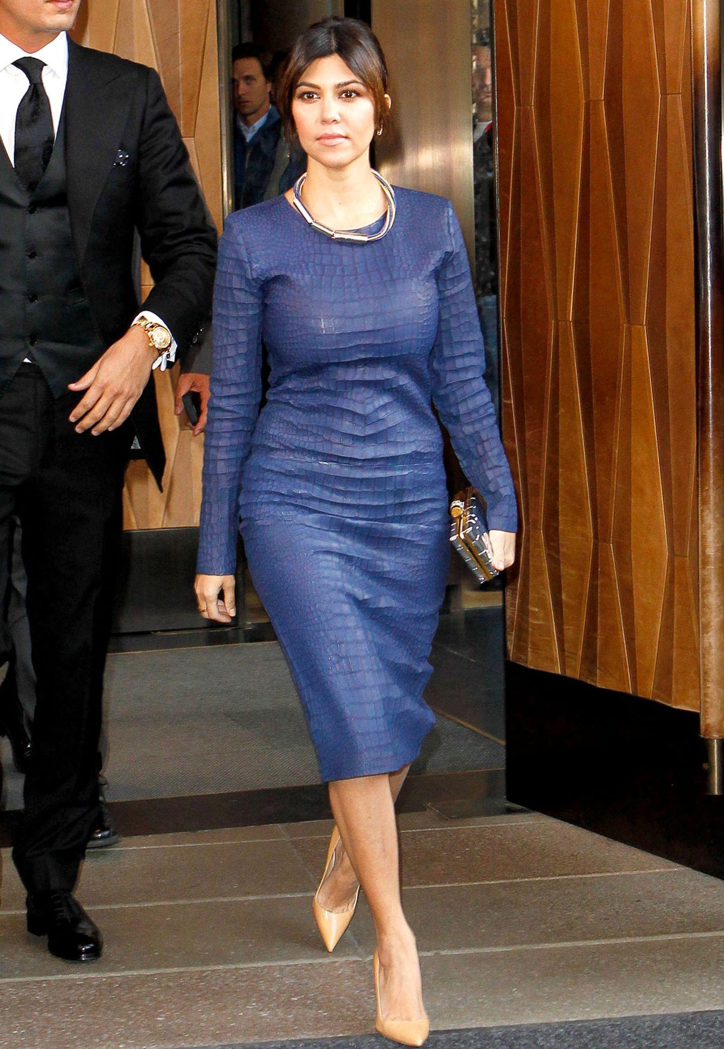 Blaues Leder mit Krokomuster ziert Kourtney Kardashian.