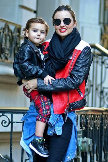 Punkrock-Style im Doppelpack: Miranda Kerr und ihr Sohn Flynn sind mit ihren Lederjacken in Punkto Lässigkeit ganz vorne mit dabei.