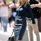 Im nachtblauen Leder-Bleistiftrock mit passender Seidenbluse sah man Heidi Mitte Juni in New York.