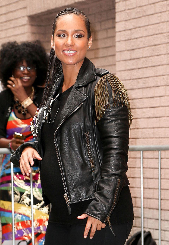 Auch Sängerin Alicia Keys ist ein Fan von Lederjacken! Sie mag es aber lieber etwas ausgefallener und trägt eine Lederjacke mit goldenen Fransen an den Schultern. Das unterstreicht die Biker-Attitude und bringt etwas Glamour ins Spiel.