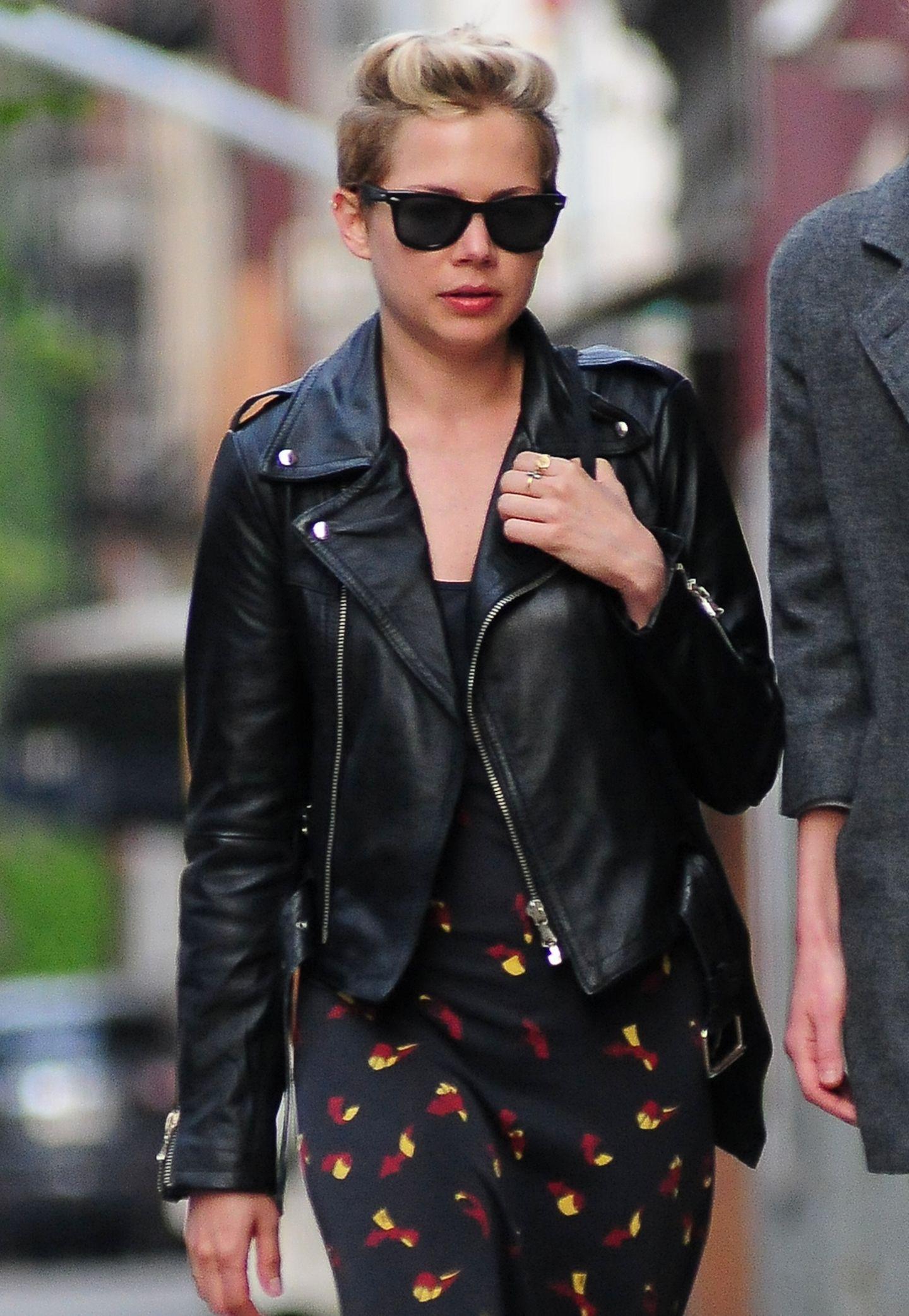 Mit einer klassischen Biker-Lederjacke zieht Michelle Williams ganz cool durch New York.