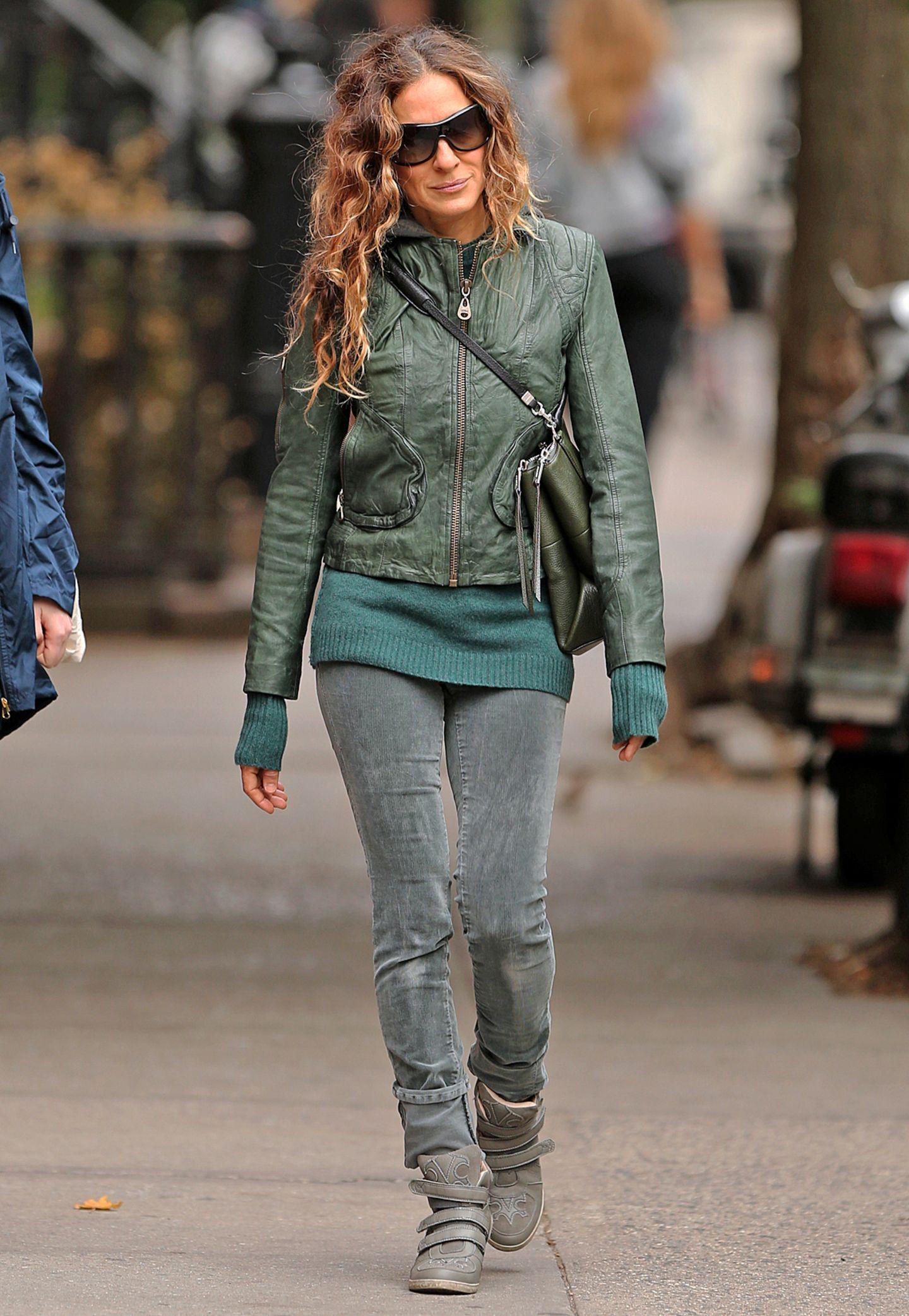 Sarah Jessica Parker setzt den Leder-Look herbstlich in Szene: Ihre Grün-Kombination aus Lederjacke und Strickpullover ist sehr funktional und casual.