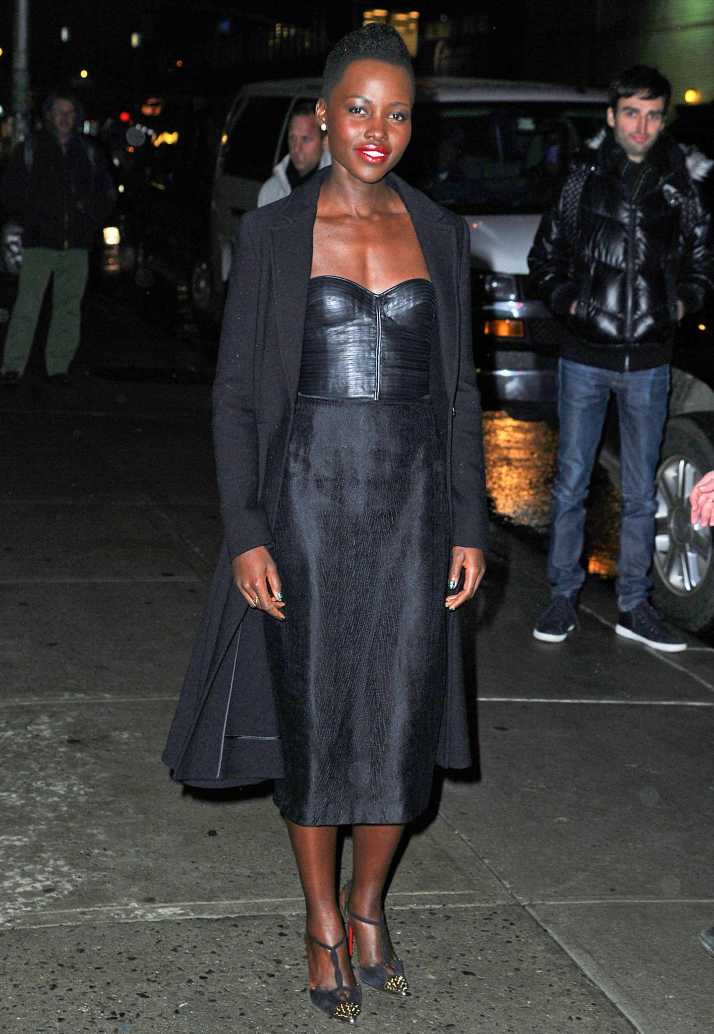 Im sexy Leder-Bustier kombiniert mit Bleistiftrock besucht Lupita Nyong'o die Show von David Letterman in New York.