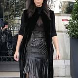 Als passionierte Lederträgerin weiß TV-Star Kim Kardashian, wie man dieses Material sexy stylt und trägt in Paris zum Mittagessen einen nietenbesetzten Leder-Fransenrock.